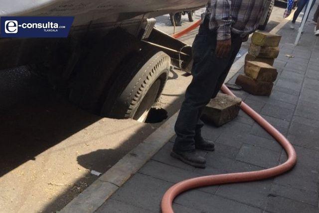 Alcaldesa interina de Tlaxco corta el servicio de agua; pipa se hunde en la calle