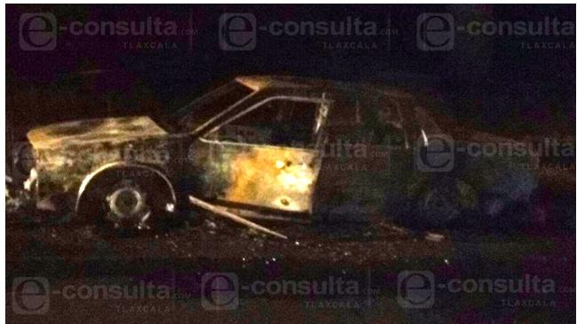 Asesinan a sujeto y lo incendian en el interior de su vehículo en Papalotla