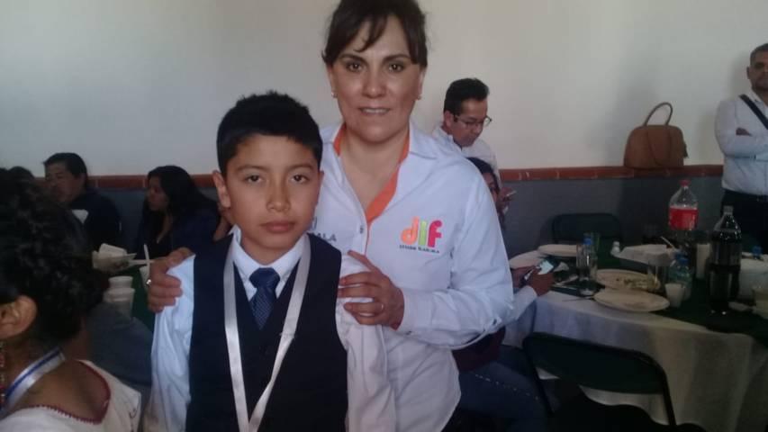 Reconocen a niño difusor de Xicohtzinco por su participación