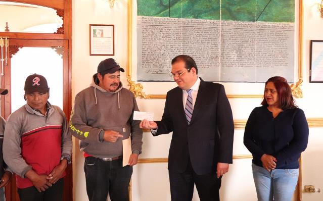 Entrega alcalde de Huamantla apoyos económicos a vecinos de comunidades