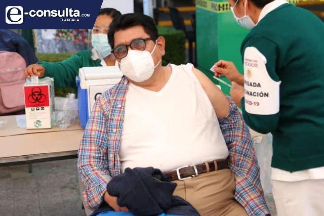 Héctor Ortiz recibe vacuna contra COVID-19