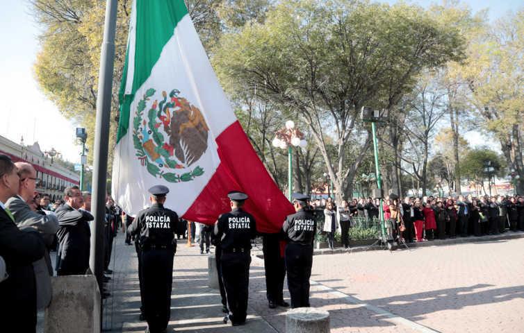 Autoridades educativas rinden honores a la bandera