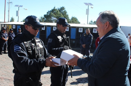Entrega Alcalde de Huamantla radios a policías