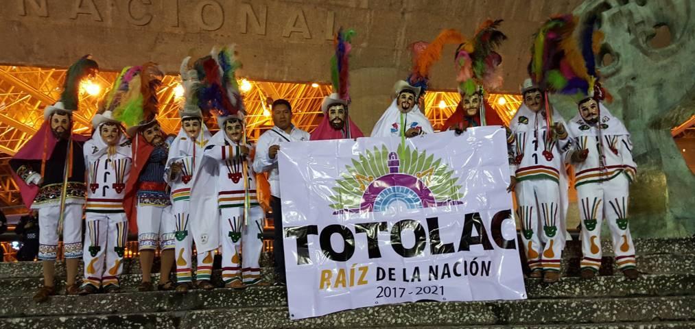 Participaron huehues de Totolac en concierto de Carlos Rivera