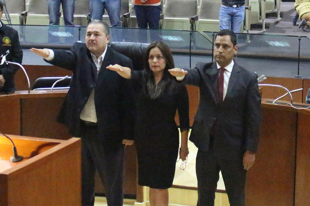 De manera ilegal y con un notario dormido Cabrera asalta el IAIP