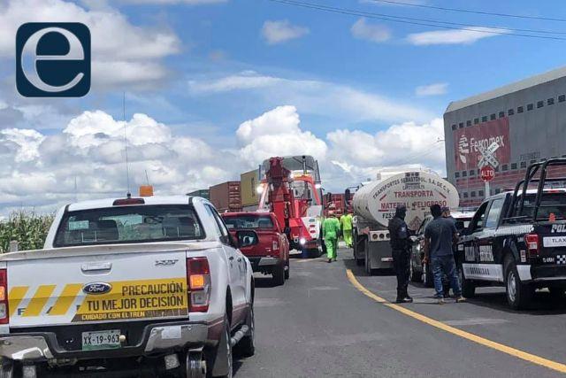 Camión es arrastrado por el tren en el municipio de Huamantla