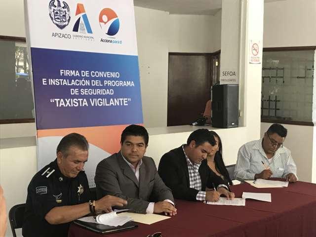 "Firma presidente municipal de Apizaco convenio de ""taxista vigilante"""