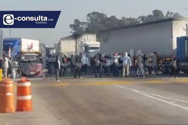 MST y anarquistas protagonizan riña, se pelean por la caseta de Ixtacuixtla