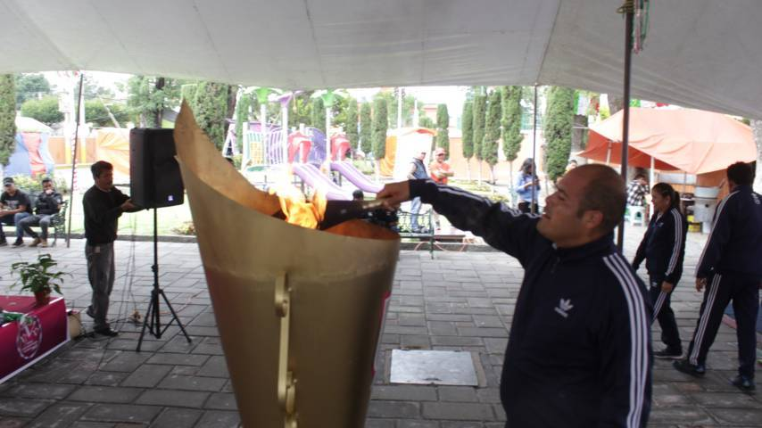 Alcalde recibe el Fuego Simbólico y se los entrega a los presidentes de comunidad