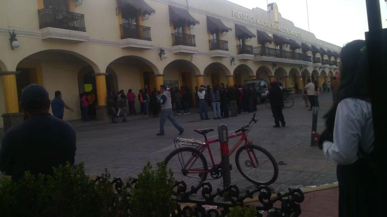 Trabajadores municipales cierran alcaldía de San Pablo del Monte