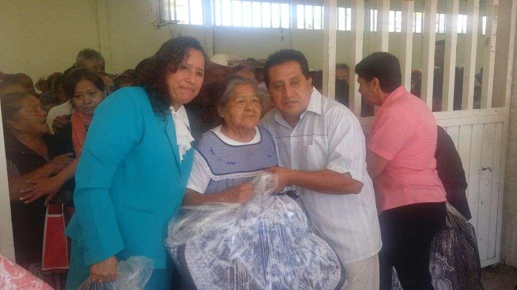 Ayuntamiento y SMDIF festejan a los abuelos en su día