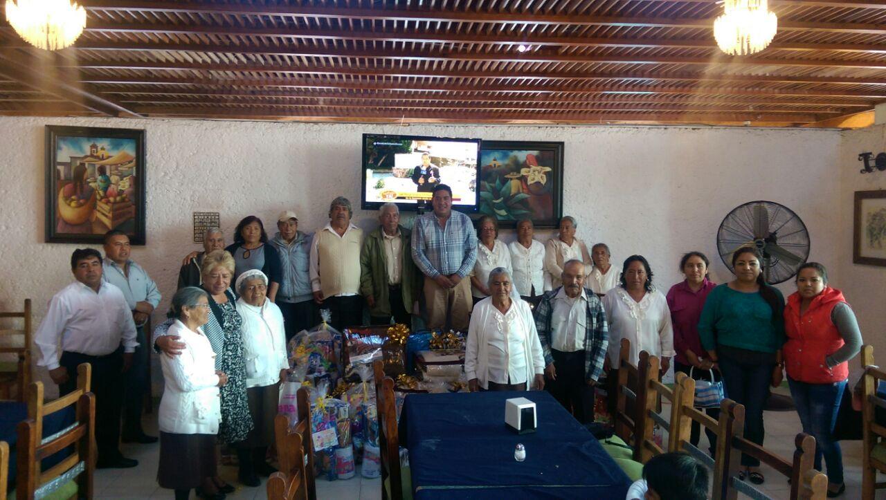 Abuelitos de Teacalco son festejados por el Ayuntamiento y el SMDIF