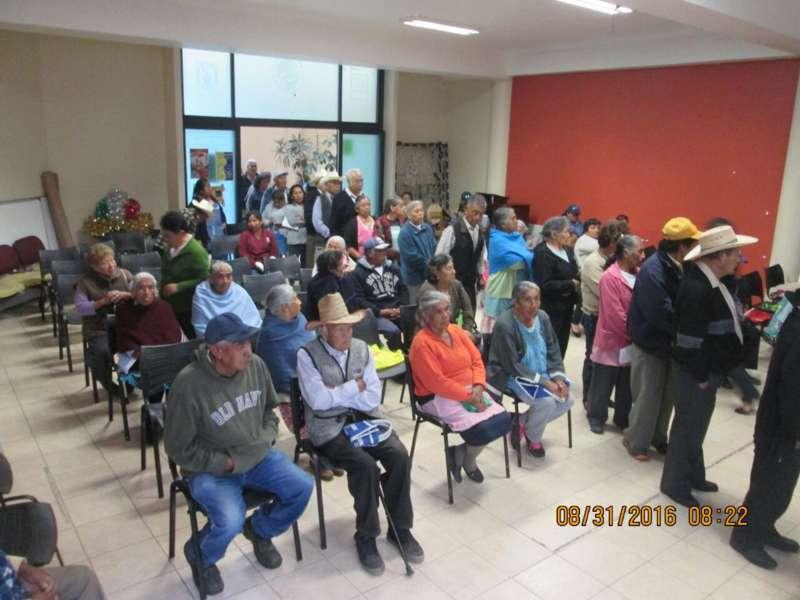 Entrega Nóhpal García apoyos a adultos mayores