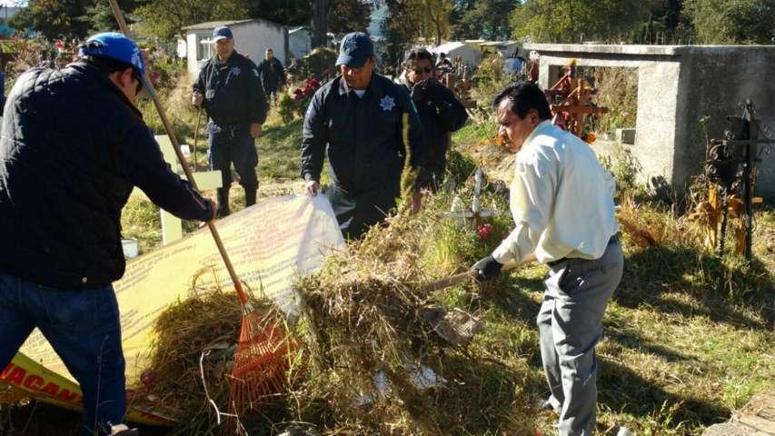 Ayuntamiento implementa faena de limpieza en el panteón municipal