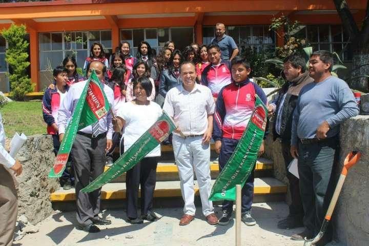 Alcalde beneficia a población estudiantil con 3 techumbres más