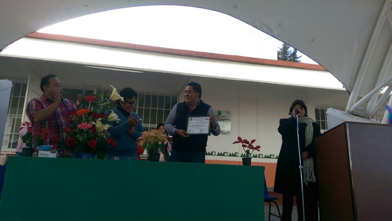 Alcalde recibe reconocimiento por acciones de apoyo a secundaria