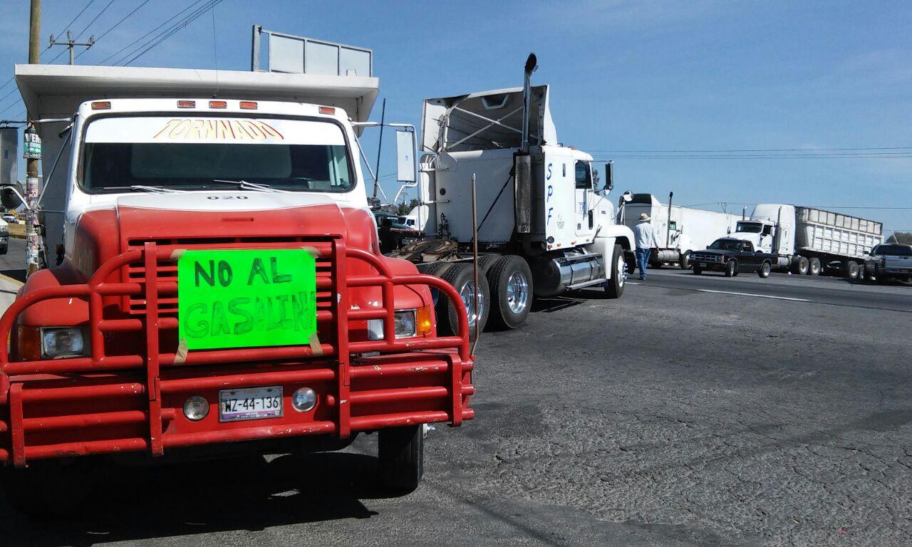 Cierran carretera en demanda por alza de gasolina
