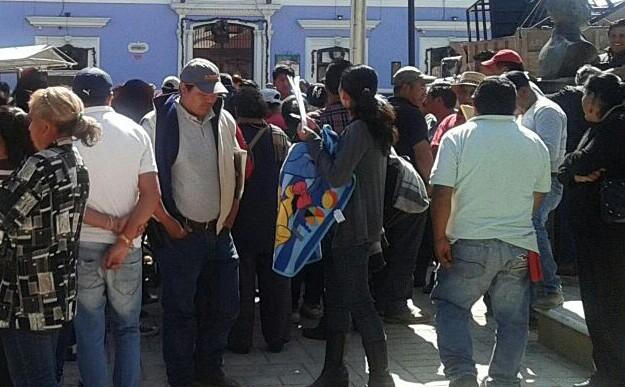 Reciben al alcalde de Huamantla con manifestación