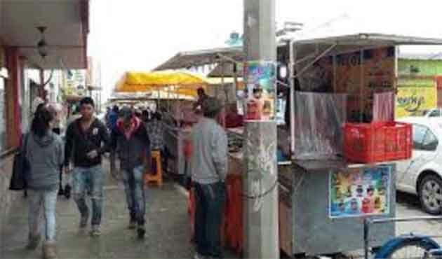Se pelean vendedores ambulantes y les retiran sus estanquillos
