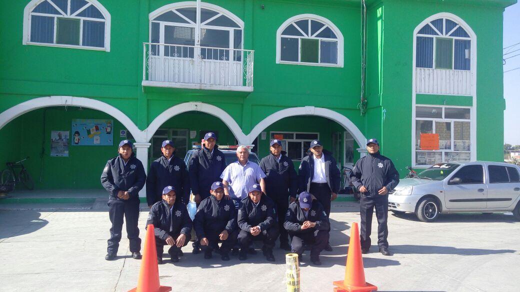 Alcalde entrega uniformes a policías de seguridad pública de Teacalco