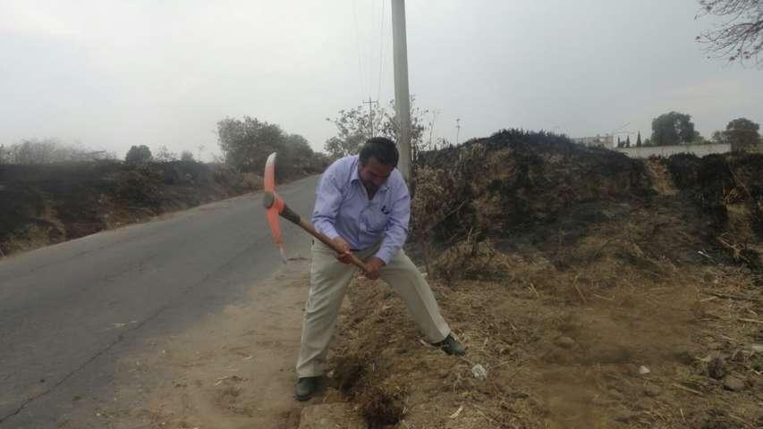 Ayuntamiento realiza desazolve de cunetas para prevenir inundaciones