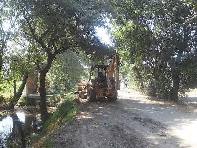Ayuntamiento desazolva zanjas y limpia caminos saca cosechas