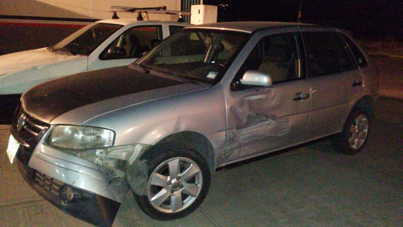 Menores de edad al parecer ebrios dañan en vehículos en Tetla