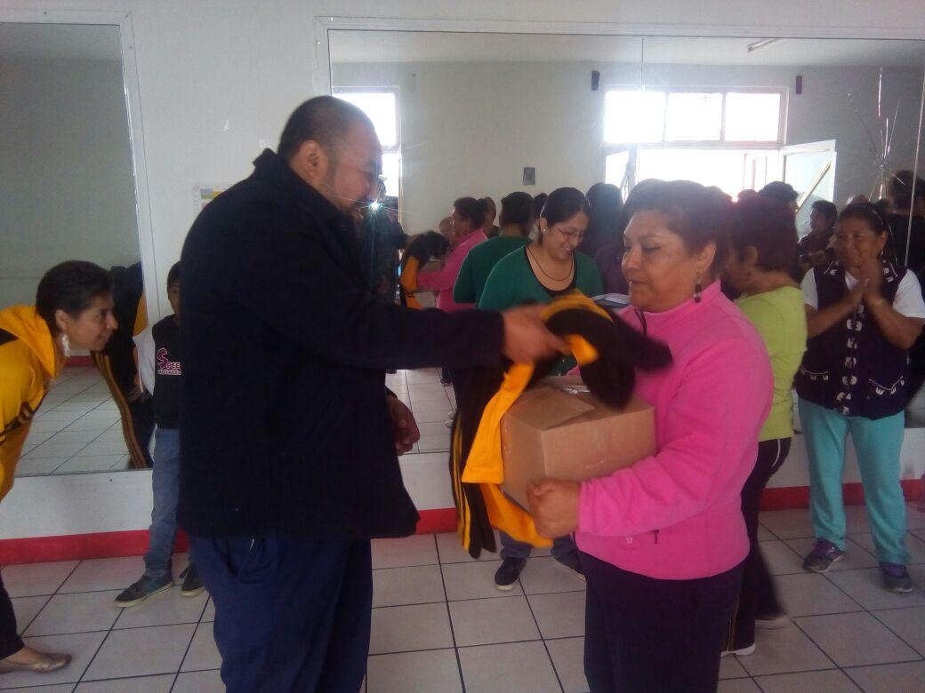 Alcalde mejora la calidad de vida de los abuelitos con uniformes y despensas