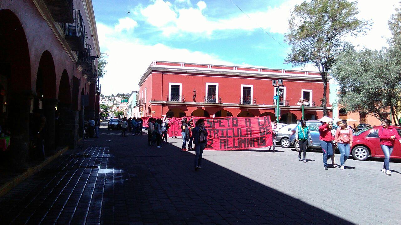 Marchan normalistas en la capital del estado
