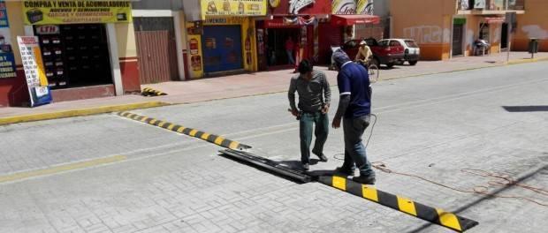 Colocan reductores de velocidad en la calle Pablo Sidar, en San Pablo del Monte