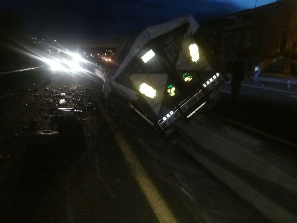 Se vuelca camión con frutas en carretera Tlaxcala- Apizaco