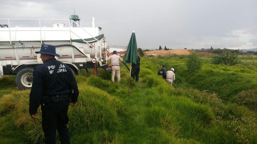 Policías Municipales apoyan a recuperar diésel regado en canaleta de riego