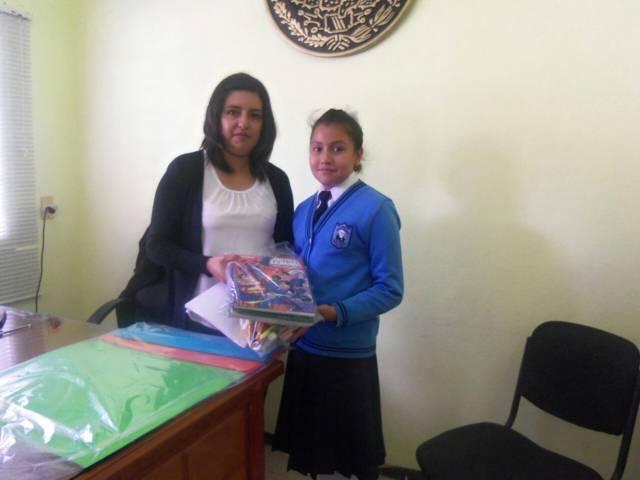 León Garfias entrego paquetes de útiles escolares en este inicio de clases