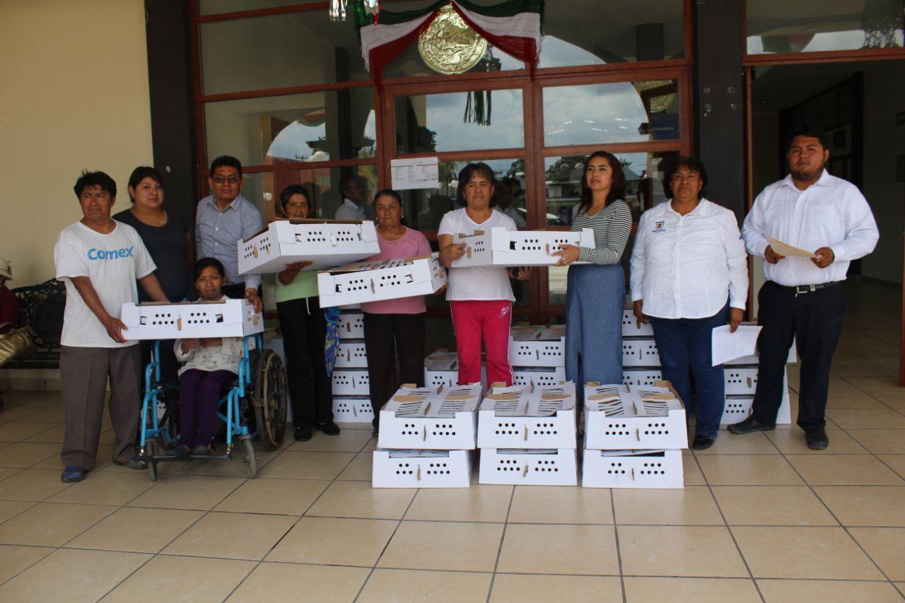 El SMDIF y Desarrollo Social entregaron aves de postura en apoyo de la economía