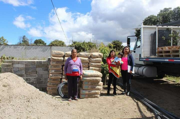 Alcalde mejora la calidad de vida de las familias entregando material para pisos y techos