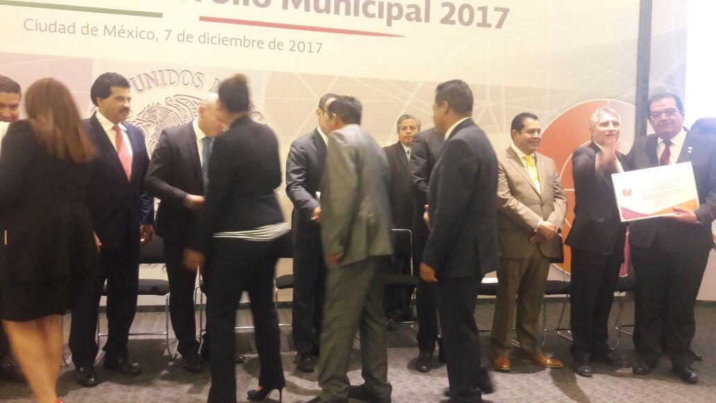 Valencia Muñoz recibe reconocimiento de Agenda para el Desarrollo Municipal
