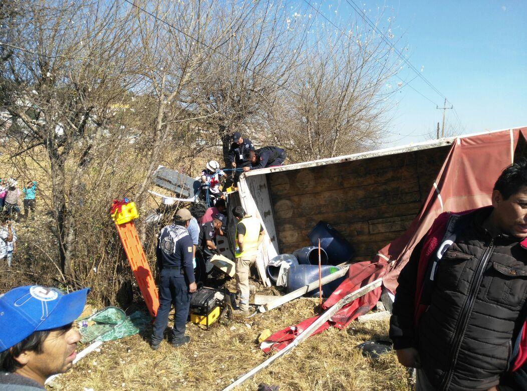 Camión choca con colectiva; dos personas prensadas