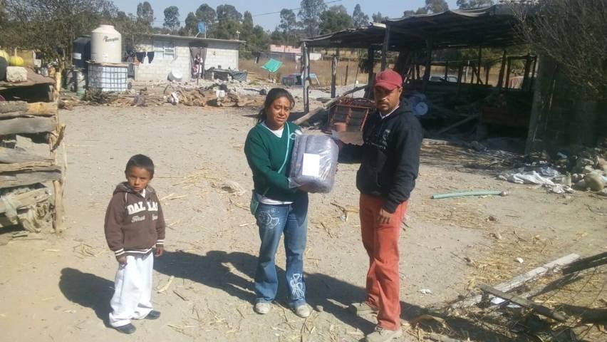 Alcalde se solidariza con pobladores de las 5 comunidades entregando cobijas