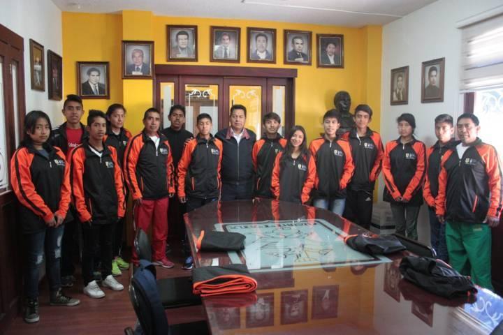 Entrega uniformes a atletas de SPM que competirán en la etapa regional