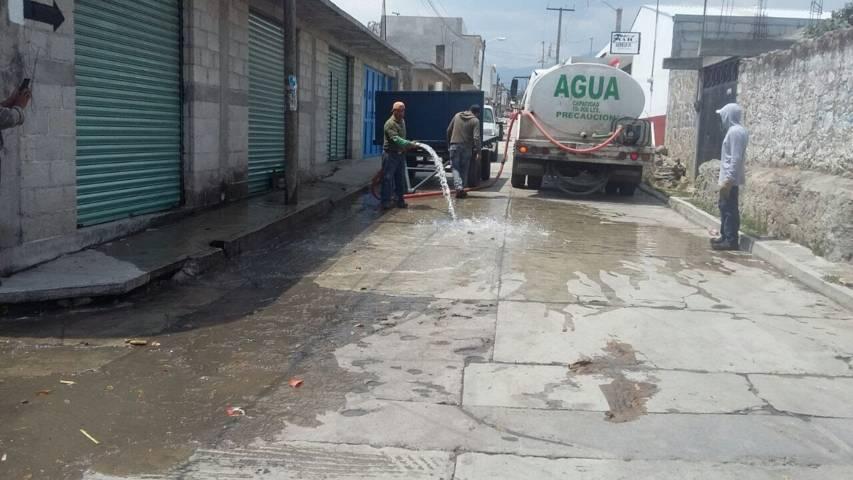 Personal de agua potable en Ixtenco realizan desazolve de drenajes