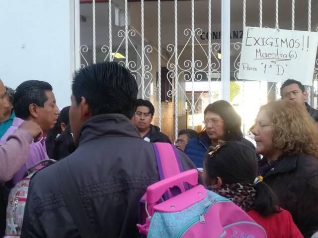 Nuevamente se manifiesta padres de familia en Chiautempan