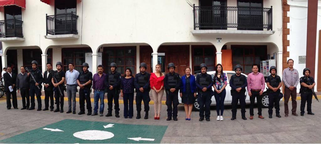 Policias de Papalotla reciben chalecos antibalas y cascos