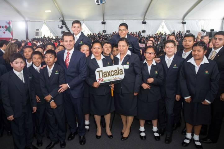 Convive presidente de México con estudiantes tlaxcaltecas