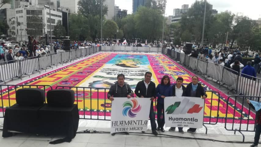 Exhiben alfombra de huamantla en el monumento a la madre de la CDMX