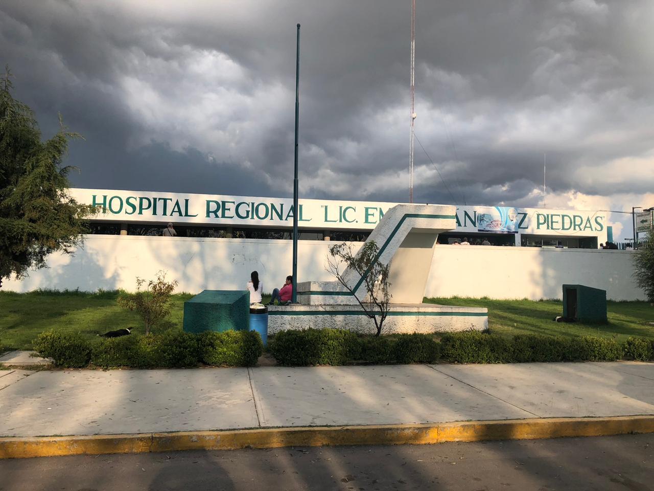 Roban vehículo frente al Hospital Regional de Tzompantepec