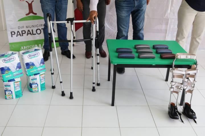 Alcalde de Papalotla entrega aparatos funcionales