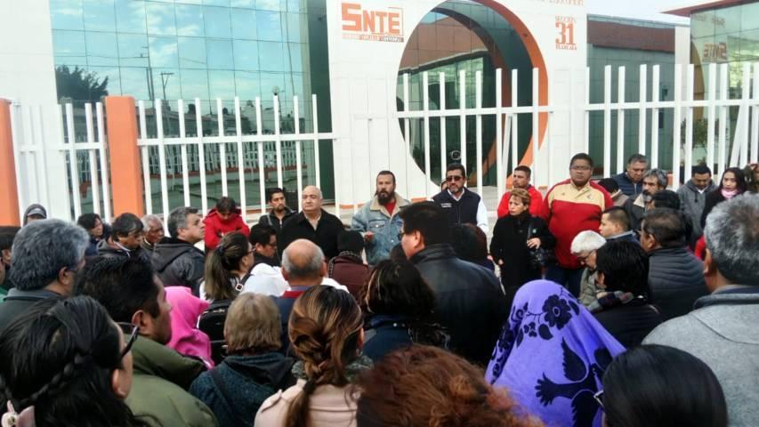 Protestan maestros por no pagarles el bono de fin de año