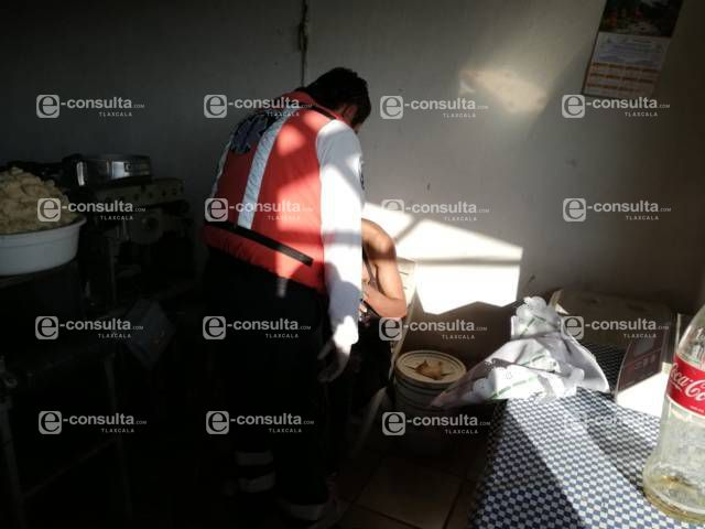 Trabajador de una tortillería pierde dos dedos al limpiar la maquina en Nativitas