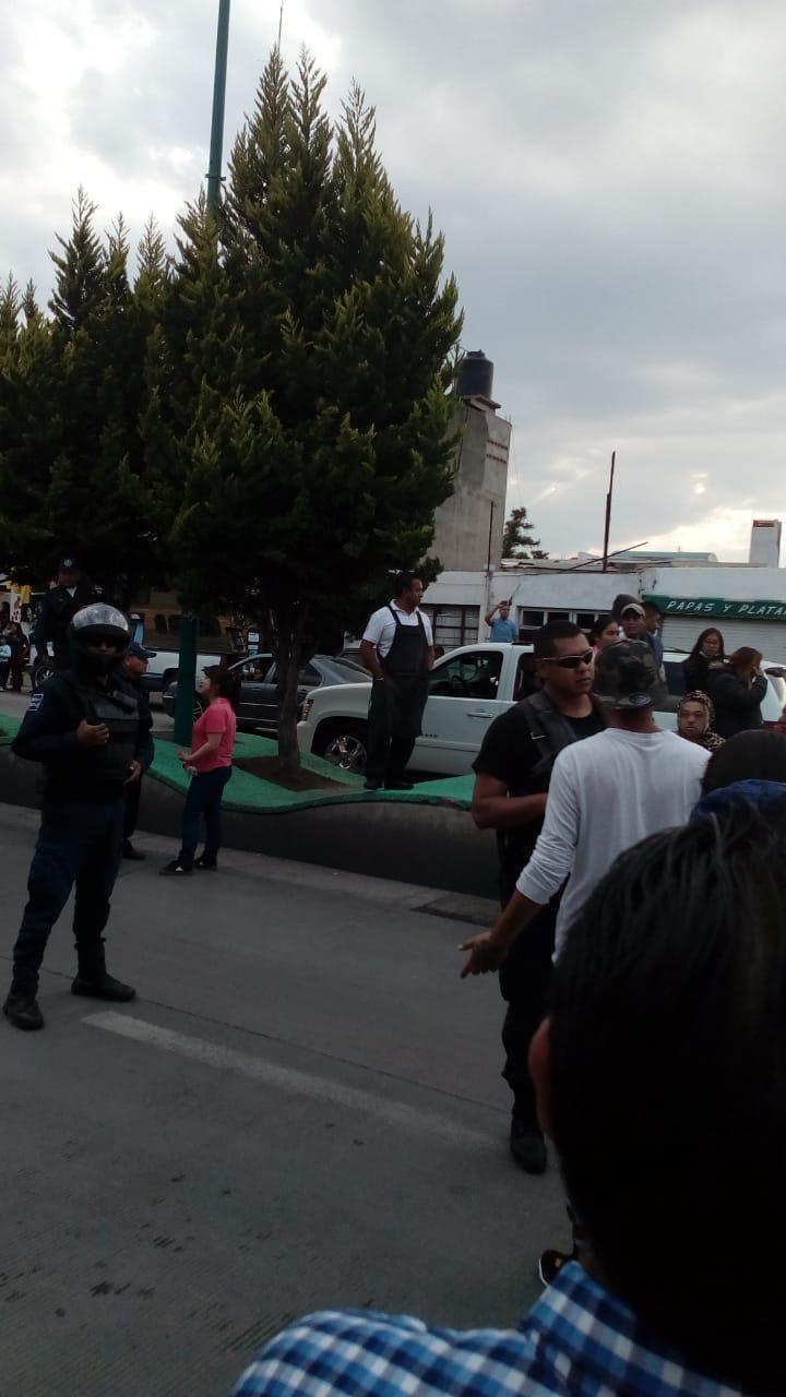 Ambulantes agreden a oficial para evitar infracción