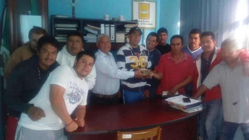 Alcalde de Teacalco contribuye a las festividades religiosas del Calvario